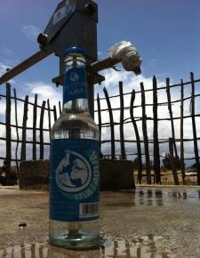 Flasche vor Brunnen, Sodo